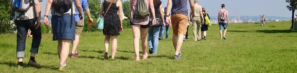 Menschen beim Gehen